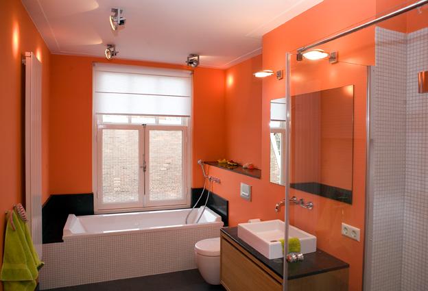 badkamer met oranje muur