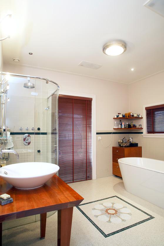 badkemer met douche, wastafel en bad, wit, houten blad