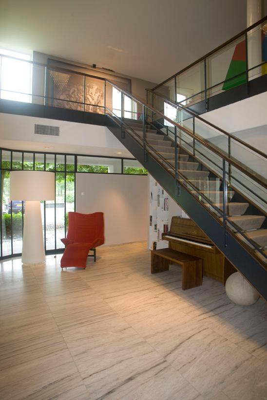 hal, trap, hout, rode stoel, piano, ruimtelijk