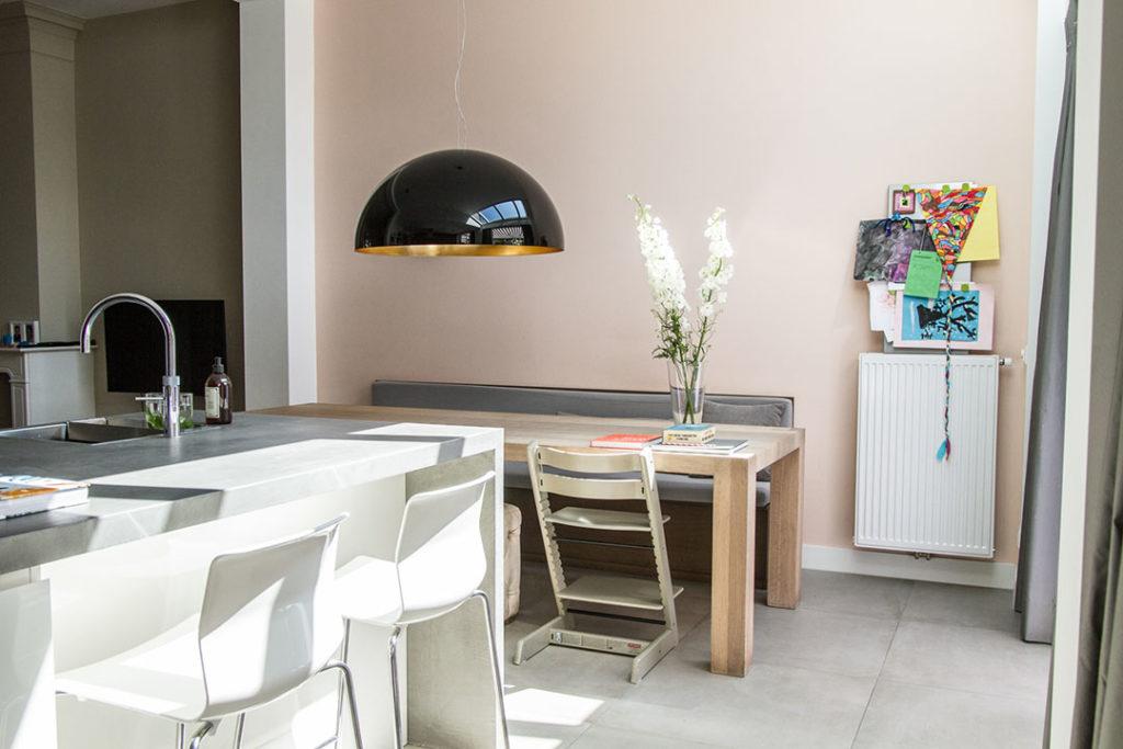 keuken met houten tafel en stoelen, witte stoelen