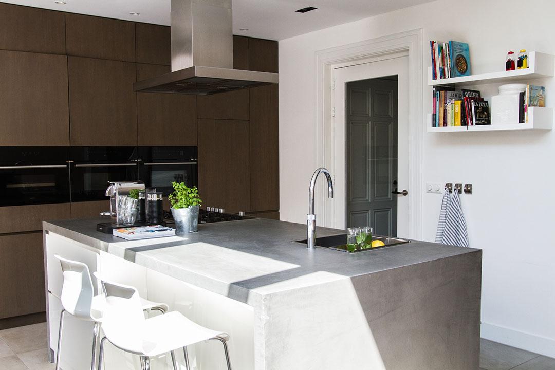 keuken, keukenblok, wit, grijs, witte barstoelen