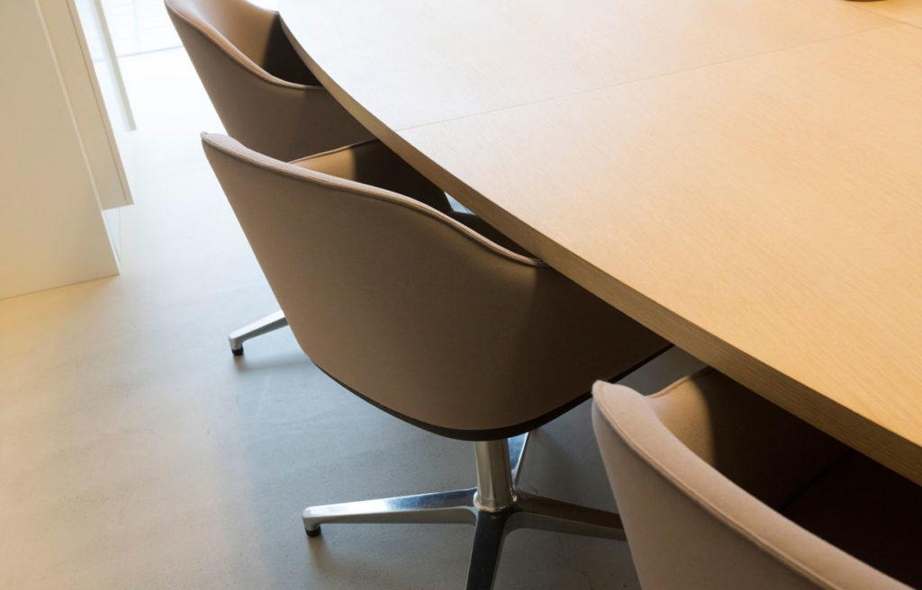 vergaderruimte met tafel op maat en lichtbruine stoelen