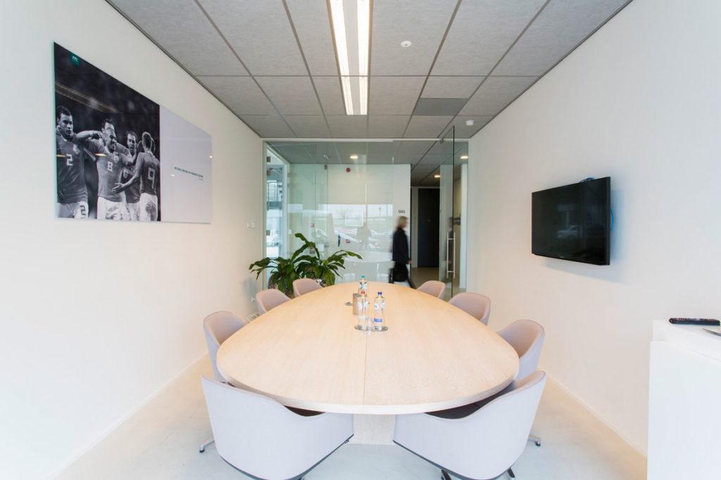 vergaderruimte met tafel op maat en witte stoelen