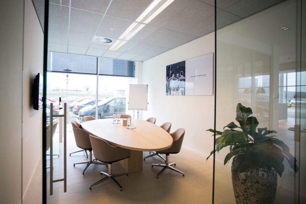 vergaderruimte met tafel op maat, hout, stoelen