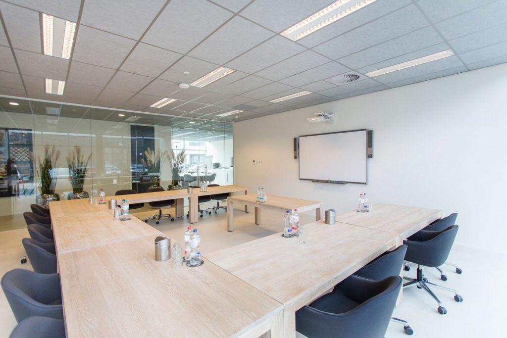 grote vergaderruimte met tafels op maat