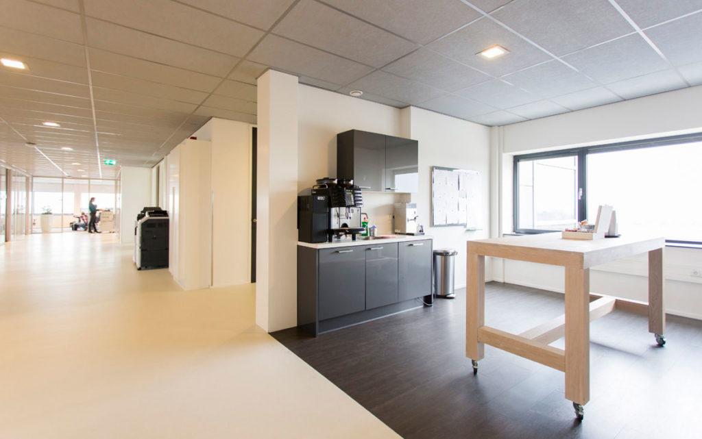 pantry op maat, grijs, keuken, houten tafel