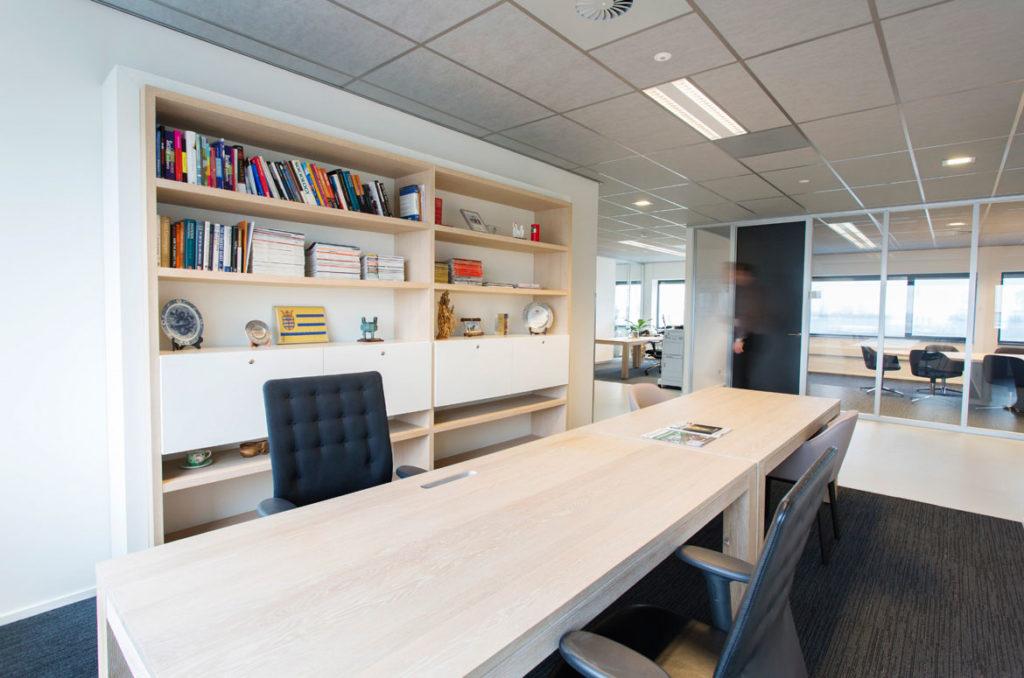 werkplek met tafel op maat, licht houten tafel, zwarte stoel, boekenkast