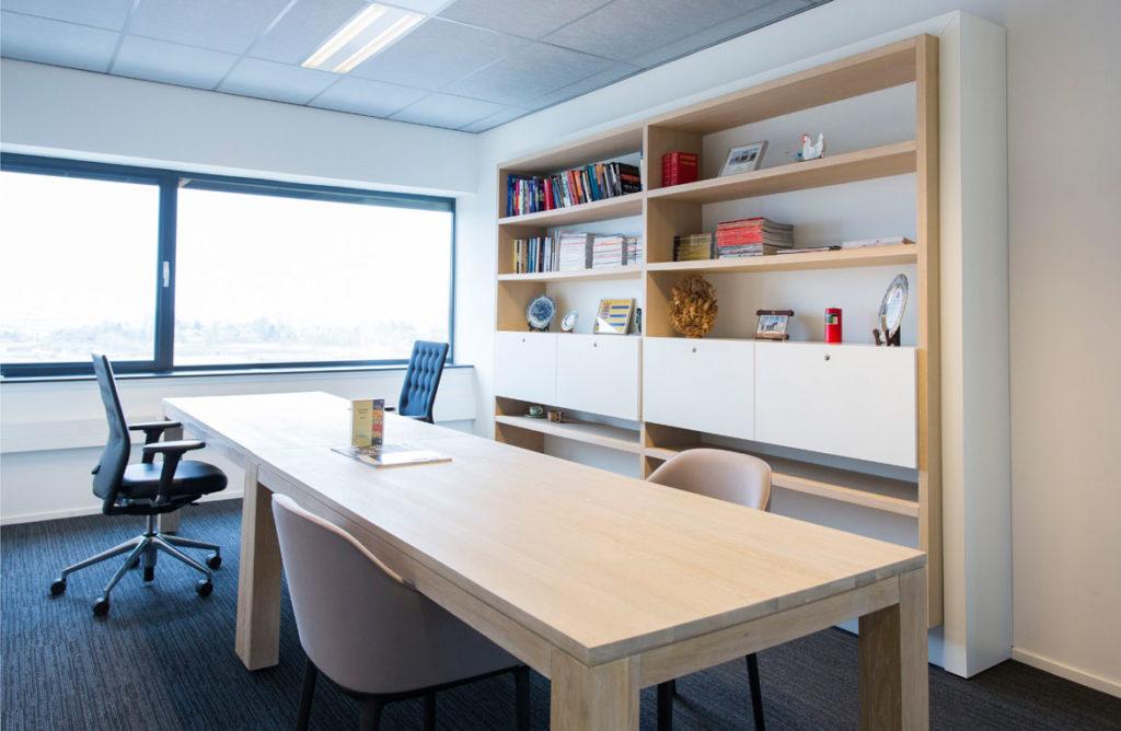 werkplek met tafel en kasten op maat
