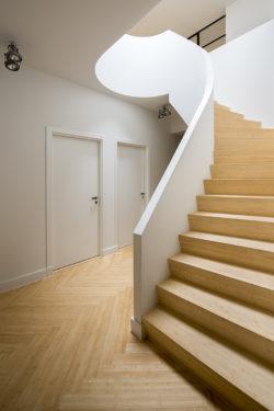 houten ronde trap met lichtkoepel