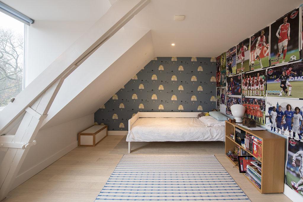jongenskamer, dakkapel, kleuradvies, behang, blauw, geel